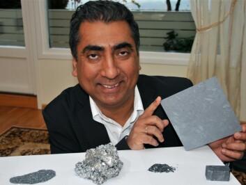 Foran Harsharn Tathgar ligger (f.v.) silisium med 99,5 prosent renhet, silisium og aluminium, silisium med over 99,99 prosent renhet etter at aluminium er fjernet med lut, silisium krystallisert og støpt i blokk, og en ferdig silisiumskive. (Foto: Stein Morch)