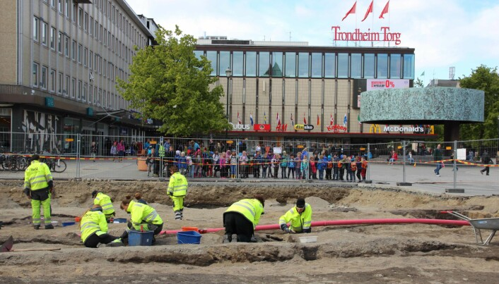Fra utgravningen på Torvet i Trondheim. Her under et besøk av en av mange skoleklasser.