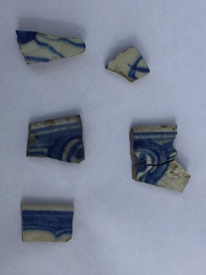 Små fragmenter av flere kar i såkalt «fritware», trolig produsert i Safavid, Iran, på 1500- eller 1600-tallet.