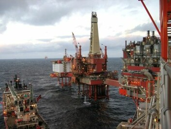 Datasystemer blir stadig viktigere på olje- og gassinstallasjoner. Bildet viser en oljerigg i Nordsjøen som mottar forsyninger. (Foto: Simon Pedersen/Shutterstock)