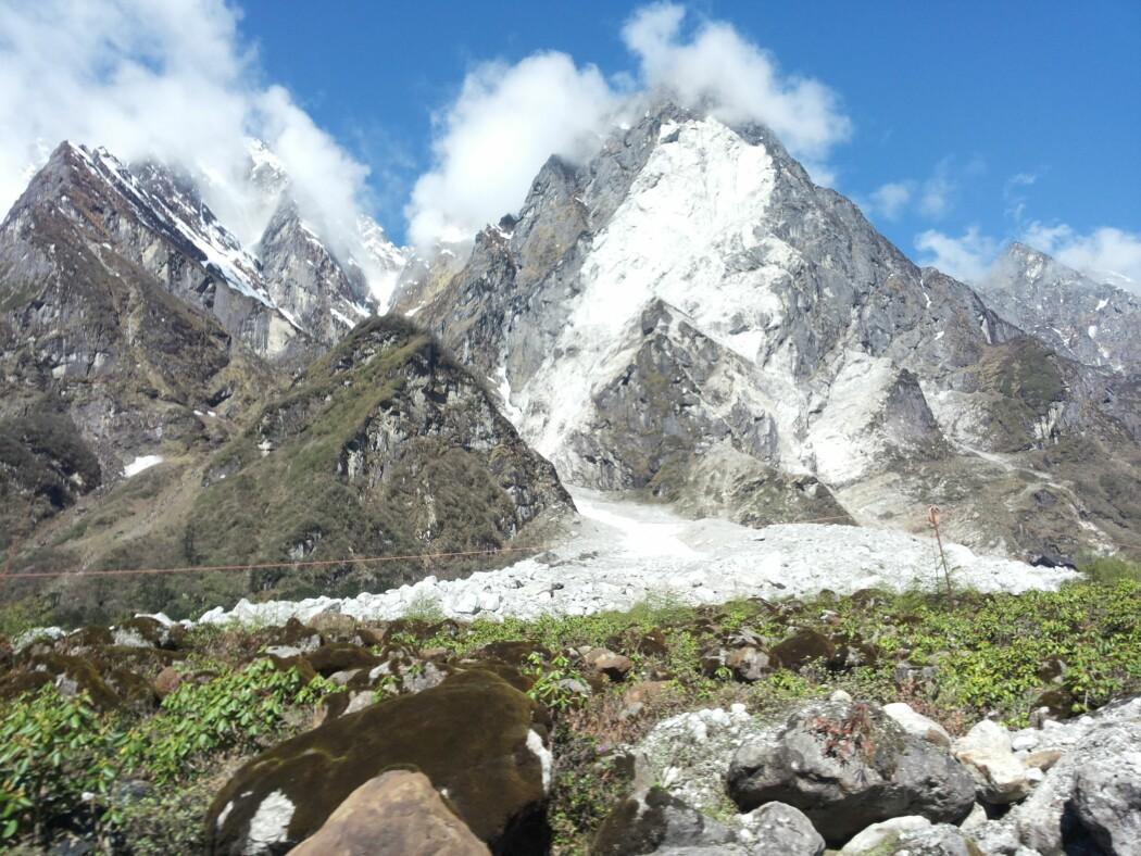 Her ser vi både utløysingsområdet for fjellskredet høgt oppe i fjellsida og samstundes avsetningane etter skredet.