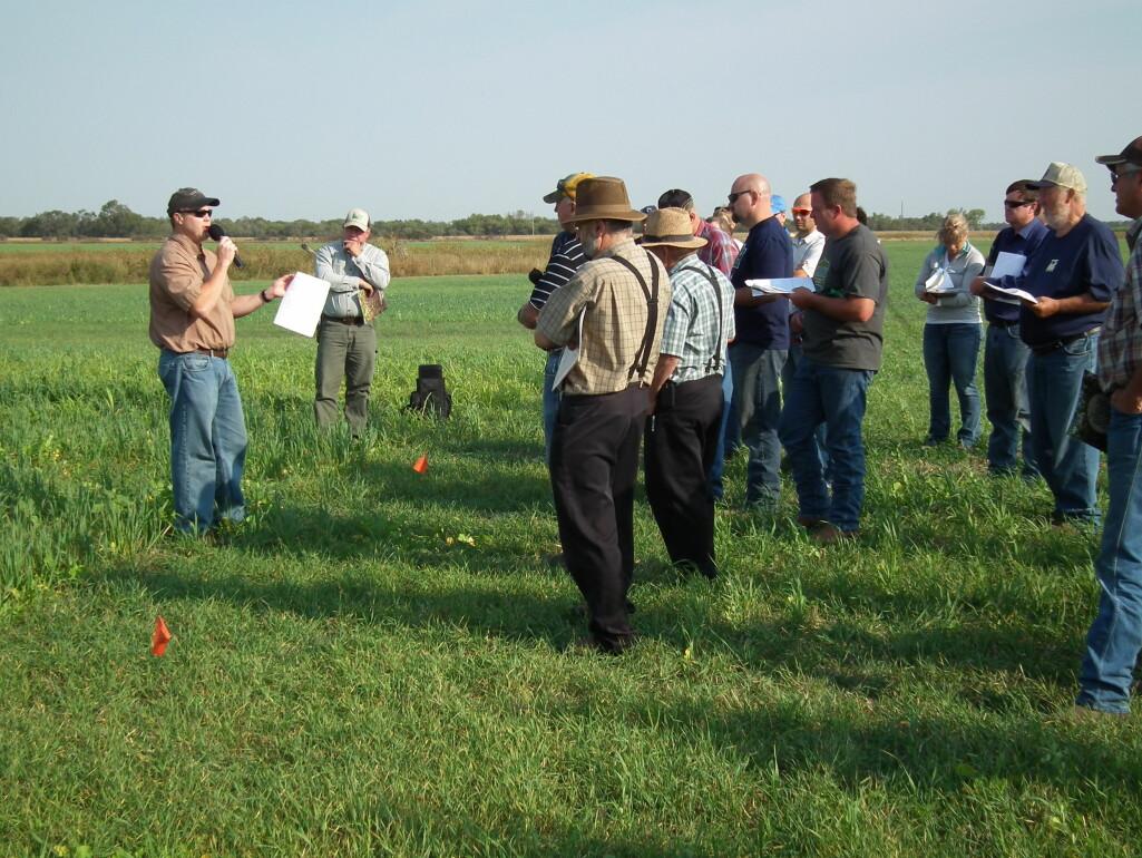Bønder med direktesåingssystem oppsøker gjerne sosiale miljøer og markdager for å innhente informasjon om driftsformen heller enn å spørre landbruksrådgiveren eller naboen sin. Her fra en markdag for bønder i Sør-Dakota i USA, der praksisen er mer vanlig.