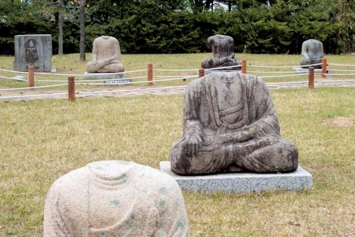 Statuer av Buddha som har fått hodene kappet av. Denne type plyndring er svært vanlig i deler av Asia. Hodene er lette å transportere, og populære samlerobjekter i Vesten. (Foto: Flickr/buck82)