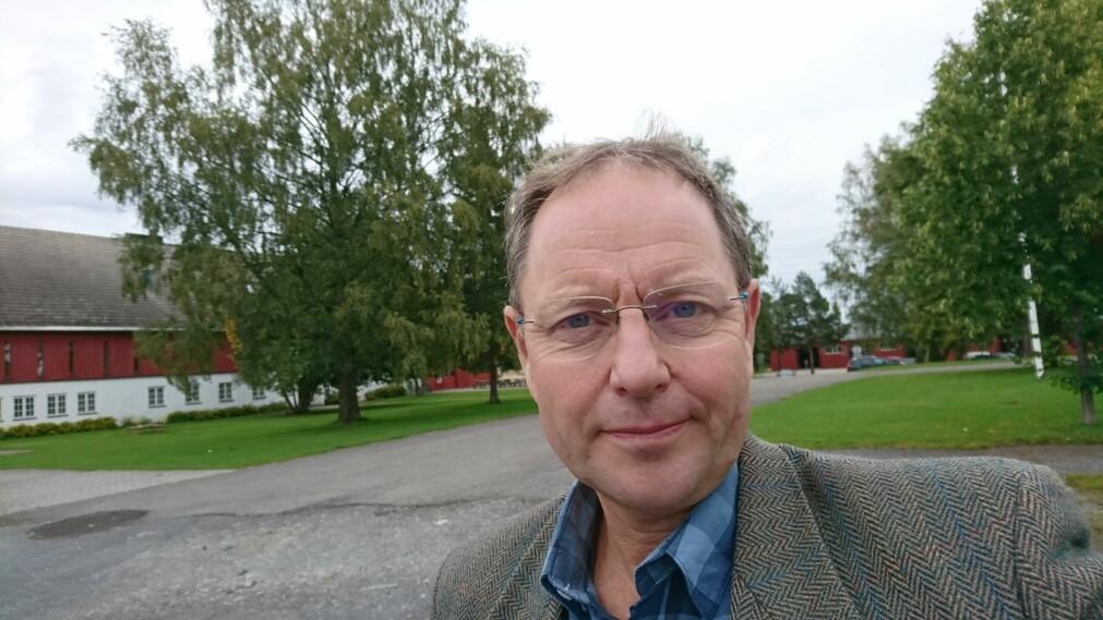 Thomas Cottis er forsker og høyskolelektor ved Høyskolen i Innlandet. Han mener at regenerativt landbruk er riktig tenkt - men at det fortsatt er en lang vei å gå før metoden eventuelt blir effektiv for landbruk i stor skala.
