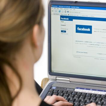 Vi holder øye med hverandre på Facebook, og det kan ha både positive og negative konsekvenser. (Foto: Colourbox)
