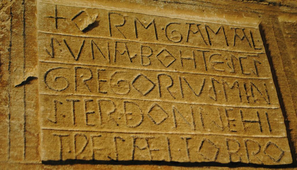 Innskrifter frå vikingtid og mellomalder viser at folk skreiv med både runer og bokstavar. Her er bokstavinnskrifter frå ei kyrkje i England.