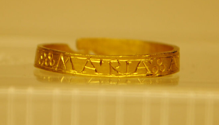 På smykke og andre verdifulle gjenstandar er innskriftene ofte bokstavar. Her ein ring med innskrifta «Maria».