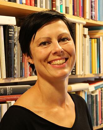 Elise Kleivane har funne innskrifter med runer og bokstavar frå vikingtida og mellomalderen.
