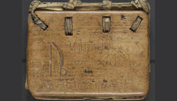 På permen til Kvikne-psalteret fann Elise Kleivane runer og bokstavar blanda.