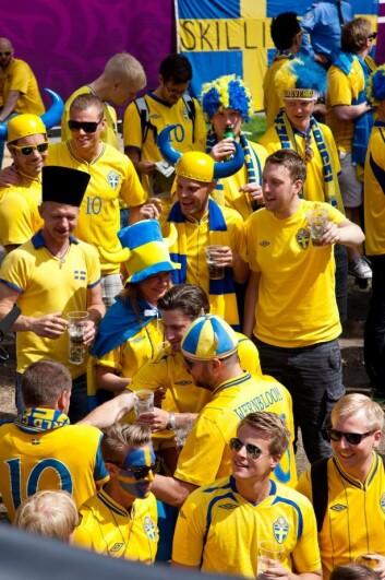 Det er som regel i forbindelse med sportsarrangementer og sammen med venner at svenske menn havner på en fuktig snurr. Kanskje blir det ekstra moro når alle tre kombineres? (Foto: Colourbox)