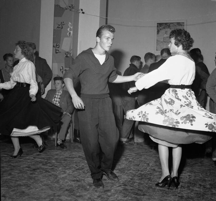 På 1950-tallet fikk ungdom mer fritid og mer penger de kunne bruke på seg selv enn det foreldregenerasjonen hadde hatt. Nye hårfrisyrer, svingskjørt og rock´n roll fikk en sentral plass i ungdomskulturen. Her fra Hammersborg fritidsklubb i 1958.