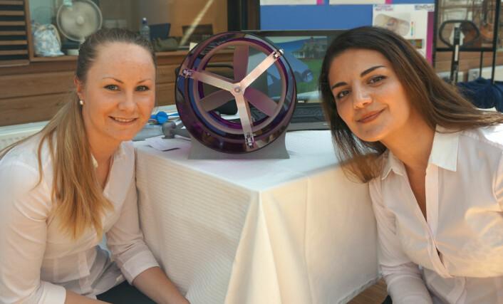 Kaja Amundsen Westrum (t.v) og Nora Caroline Hansen med modellen av sluttstykket på WindDuct-anlegget mellom seg. Utformingen av propellen for best mulig energioverføring har vært deres oppgave. (Foto: Arnfinn Christensen, forskning.no.)