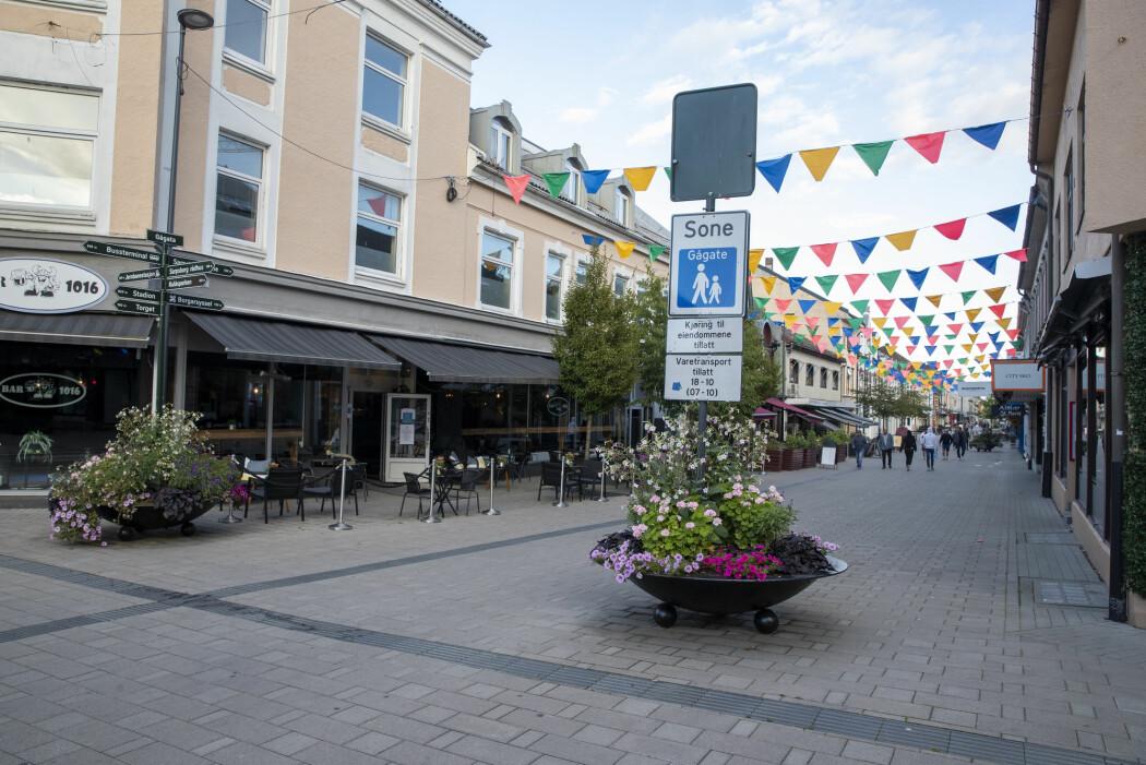 Det var folketomme gater i Sarpsborg etter at en større gruppe ble satt i karantene.