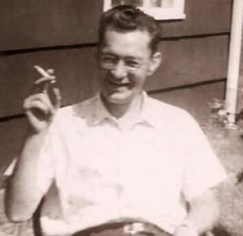 Her er Henry Gustav Molaison (1926–2008) fotografert i 1958 foran familiens hjem, hvor han tilbrakte mesteparten av tiden. Han kunne gå i butikken og løse kryssord og hadde ifølge pårørende et positivt livssyn. (Foto: Suzanne Corkin)