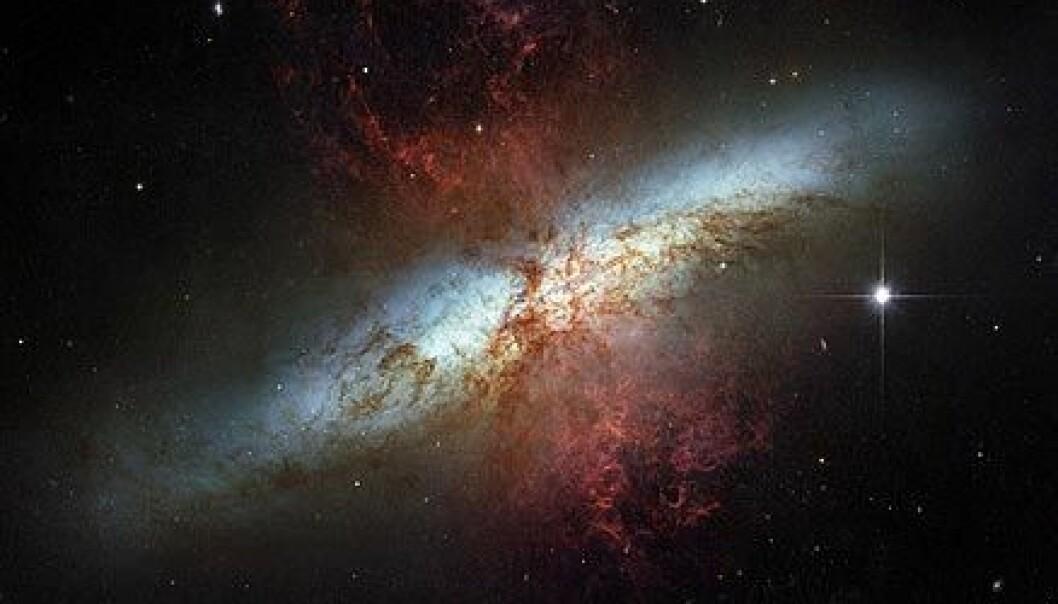 """""""Dette bildet av M82 er en mosaikk av fotografier tatt i synlig lys av romteleskopet Hubble. De hete hydrogenstormene står ut fra kjernen i rødt. Foto: ESA"""""""
