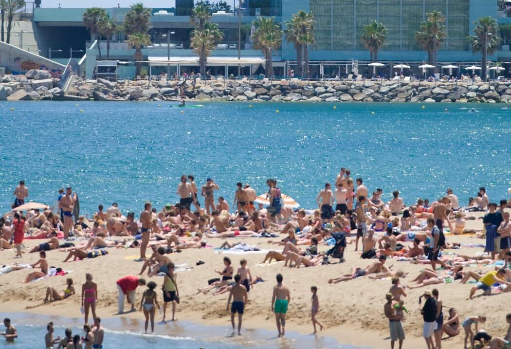 Hvor farlig er det å befinne seg på en tettpakket strand? En ny studie gir et overblikk over ulike situasjoner, og hvor risikable de er. Se skjemaet lenger nede i artikkelen.