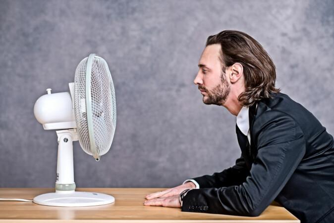 En vifte på kontoret kan hjelpe mot varme. Men den er ikke så bra for smittespredningen på kontoret, forteller professor Torben Sigsgaard.