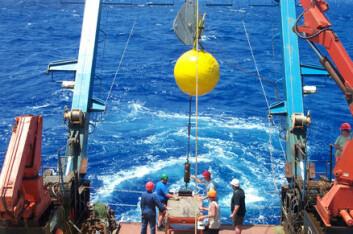 """""""Stor jobb: bøyer og instrumenter legges ut i havet mellom Afrikas vestkyst og Bahamas, på 26,5 grader nordlig bredde.(Foto: Stuart Cunningham and Torsten Kanzow)."""""""