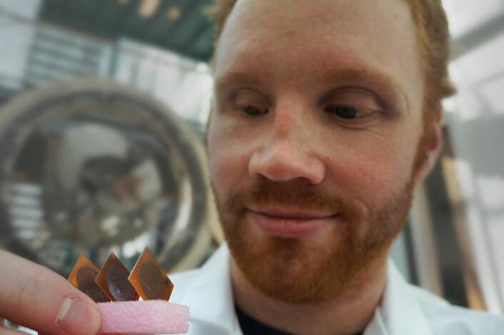 Jon Borgersen med elementer til brenselceller som kan drives med kroppens eget drivstoff - glukose. (Foto: Arnfinn Christensen, forskning.no.)