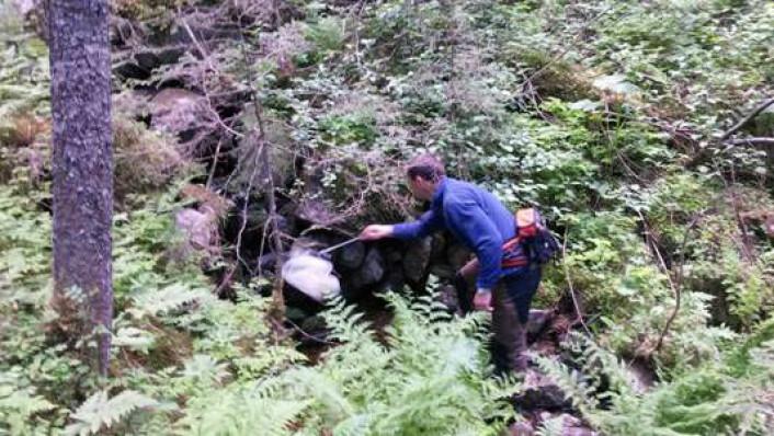 Øivind Gammelmo har utstyrt seg med med håv og feller for å fange sørgemygg. (Foto: Privat)