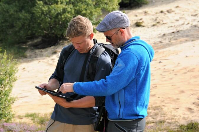 Hessen og Carlsen jobber i NiN-appen på iPaden.
