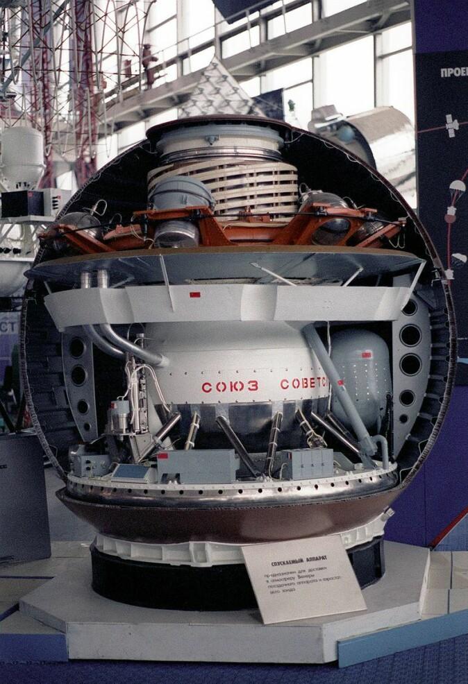 En modell av en Venera-lander, det første romfartøyet på Venus' overflate. Sovjetunionen landet først på Venus, og de sendte tilbake bilder fra overflaten i 1979. Sonden døde etter en time.