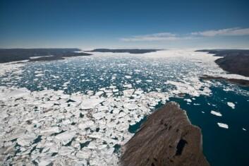 Jakobshavn isbre på Grønland er den breen i verden som raskest kaster av seg is til havet. Den nye studien viser nå at to tredjedeler av den isen som har forsvunnet de siste to tiårene, har blitt borte fra Grønland. (Foto: Ian Joughin/University of Washington)