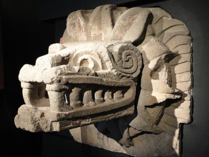 Denne figuren stammer fra Quetzalcóatl-pyramiden i den mystiske byen Teotihuacán i Mexico. I byen ble mennesker ofret, slik som kanskje også barna i hulen Cueva de los Chiquitos Muertos. Teotihuacán forfalt fra rundt år 600 e.Kr., samtidig som hulefunnene av barna er gjort. Årsaken kan være hungersnød. Mange rester av døde barn og unge er funnet fra denne tida. (Foto: Fjhuerta, Wikimedia Commons)