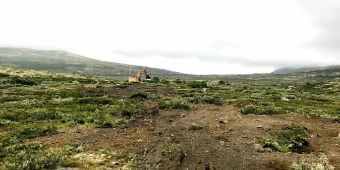 Dyktige maskinførere har sørget for at mer enn 50 kilometer vei er fjernet og lagt til rette for at naturen kan ta fjellet tilbake.