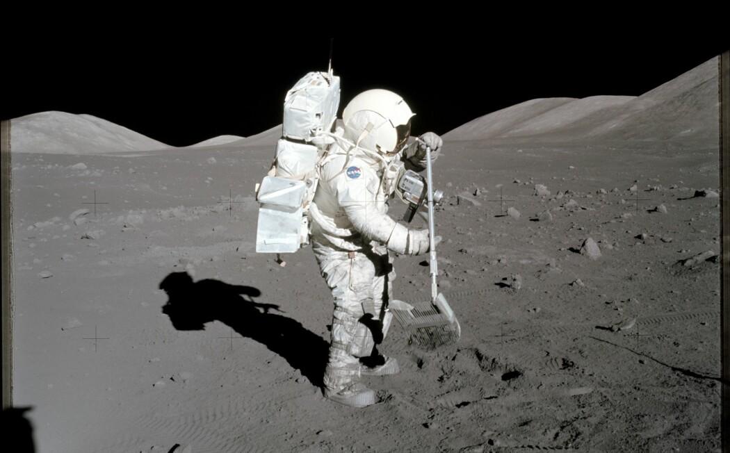 Harrison H. Schmitt fra Apollo 17 raker sammen litt månestøv i jakt på steinprøver å ta med hjem. Apollo 17 var den sjette og siste månelandingen, og fant sted i 1971.