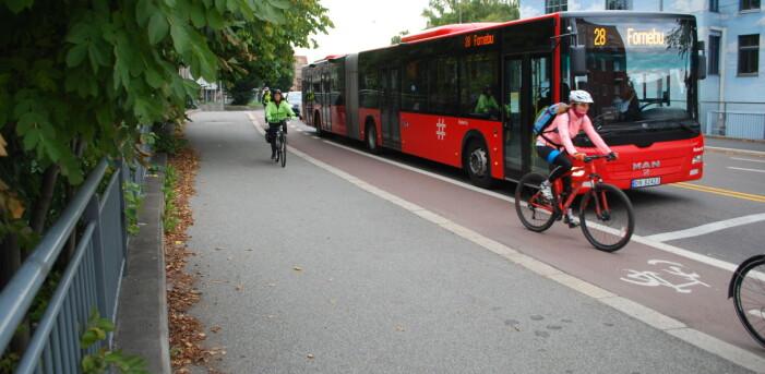 Syklister opplever det som skremmende når biler og busser passerer for nært, ifølge rapporten.