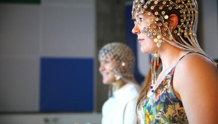 Deltakerne i studien fikk på seg en hette med over 250 elektroder.