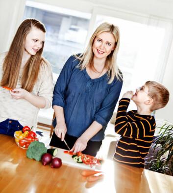 Å skape sunne matvanar hjå born er noko foreldre må jobbe aktivt med frå borna er heilt små. Ein god start er å sleppe borna til på kjøkkenet, meiner UiS-forskar Elisabeth Lind Melbye, som her lagar middag saman med borna sine, Lea Sofie og Wiljar. (Foto: Elisabeth Tønnessen/UiS)