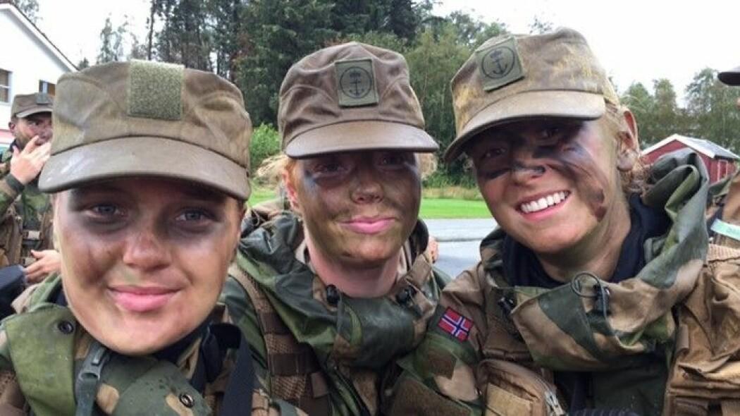Disse soldatene er klare for øvelse i skauen, i høljeregn.