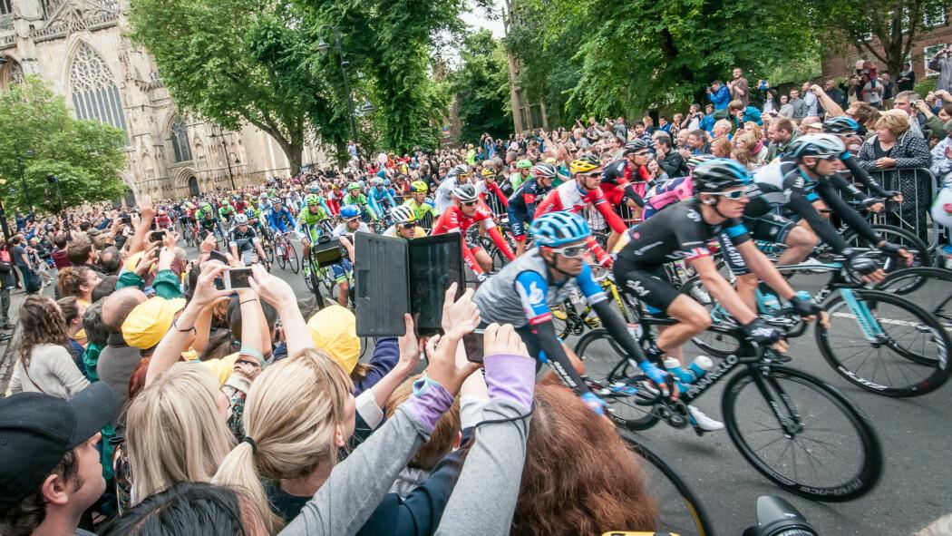 Folkemengden jubler mens Tour de France-ryttere passerer gjennom London i juli 2014. Men miljøavtrykket alle tilskuerne medfører, er betydelig.