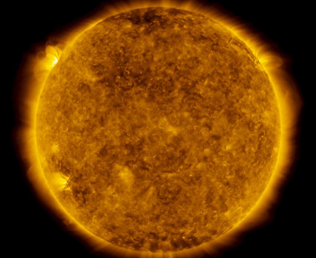 Her kan du såvidt se en av solflekkene fra den nye syklusen, og bildet er fra 29 mai, 2020. Den sees som en lys flekk helt på horisonten oppe til venstre.