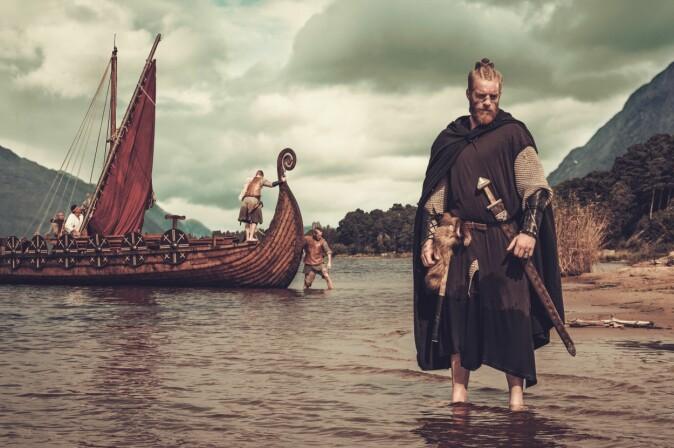 I populærkulturen blir vikinger ofte fremstilt som blonde skandinaver. Men DNA-analysene viser at de oftere hadde mørkt hår enn dagens skandinaver.