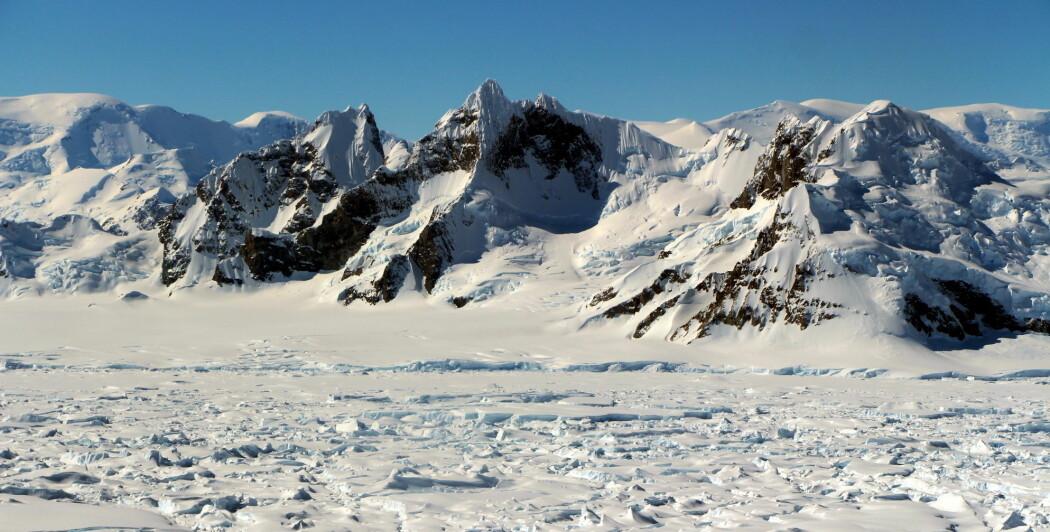 Hvor mye smeltevann iskappene bidrar med, er avhengig av klimautviklingen. Bildet viser Triune Peaks, tre markante fjelltoppar på vestsiden av det antarktiske kontinentet.