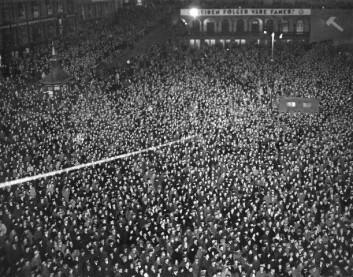 Var alt bedre før? Det var i hvert fall flere. Her fra Arbeiderpartiets valgmøte på Youngstorget i 1937. (Foto: Arbeiderbevegelsens arkiv og bibliotek)