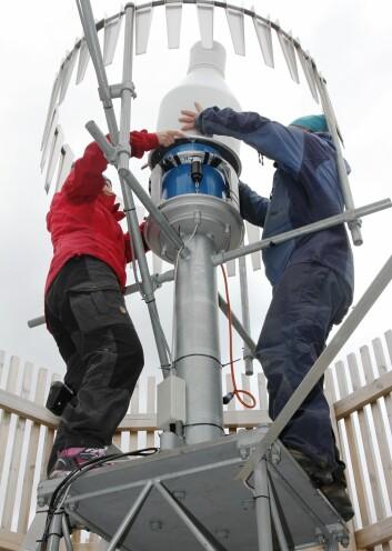 Innenfor vindgjerdene vedlikeholder forskerne nedbørmåleren på Haukeliseter. (Foto: Ole Jørgen Østby, Meteorologisk institutt)