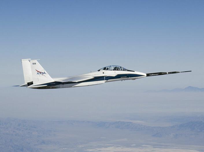 NASAs testfly F-15B med Quiet Spike festet til nesa, 26. september 2006. Quiet Spike reduserer overlydssmellet ved å spalte en kraftig trykkbølge i fronten av flyet til tre mindre. (Foto: NASA/Carla Thomas)