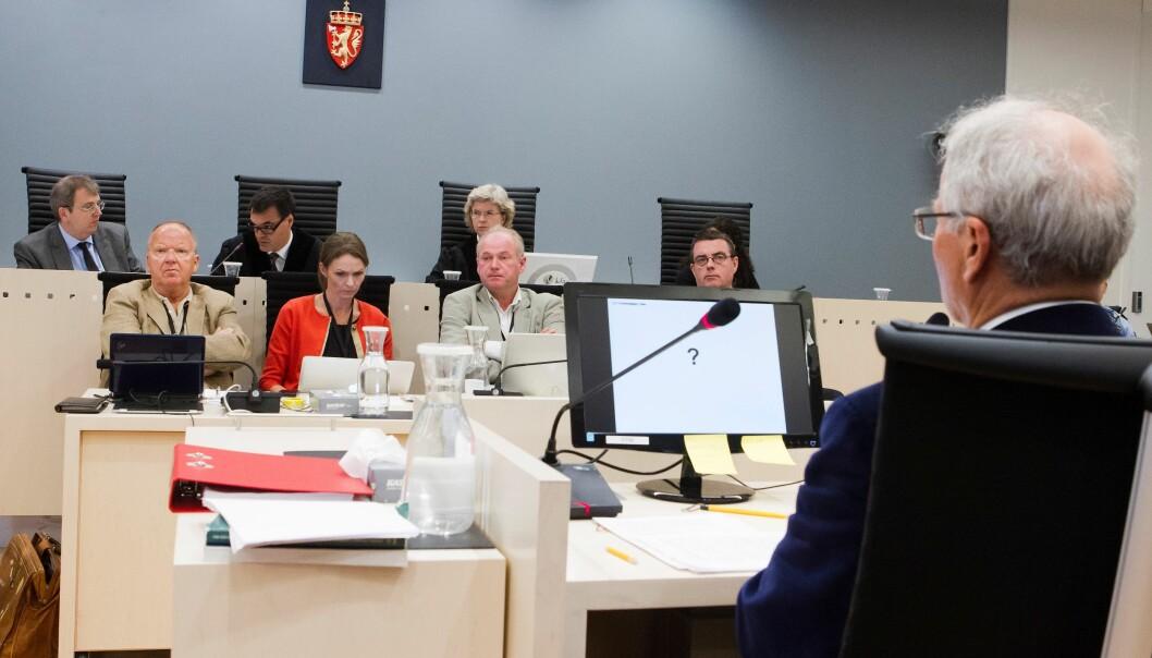 Ulrik Malt (med ryggen til kamera, t.h.) mener problemet for de fire sakkyndige som er oppnevnt av retten er at de ikke har kryssjekket resultatene fra sine undersøkelser godt nok. Heiko Junge/NTB/Scanpix