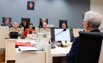 Ulrik Malt (med ryggen til kamera, t.h.) mener problemet for de fire sakkyndige som er oppnevnt av retten er at de ikke har kryssjekket resultatene fra sine undersøkelser godt nok. (Foto: Heiko Junge/NTB/Scanpix)