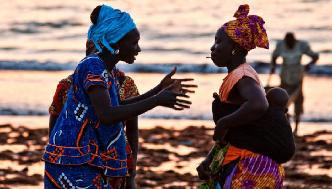 To gambiske kvinner i heftig diskusjon på stranda. iStockphoto