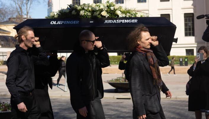 Aktivistene holdt en fiktiv begravelse i Oslo i fjor der kisten symboliserte alt liv på jorda som har gått tapt som følge av menneskeskapte klimaendringer.