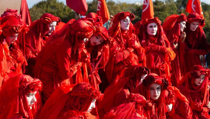 Aktivister kledd i røde kostymer i en protestforestilling i Berlin i fjor. Disse kaller seg Red Rebels og dukket opp på en Extinction Rebellion-protest.