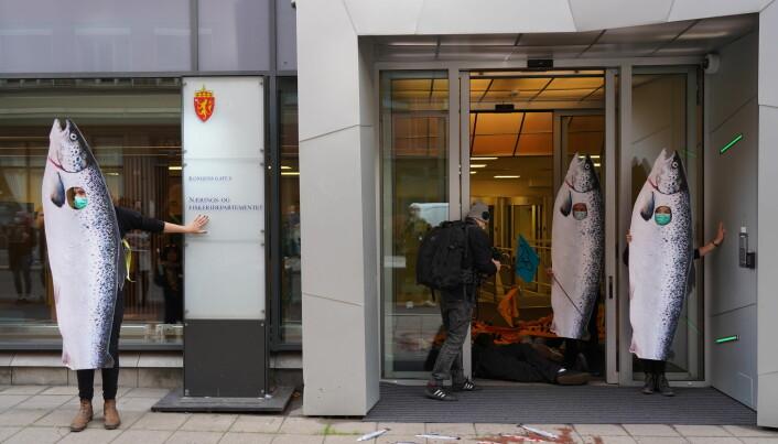 Aktivistene sperret inngangen til Nærings- og Fiskeridepartementet utkledd som fisk.