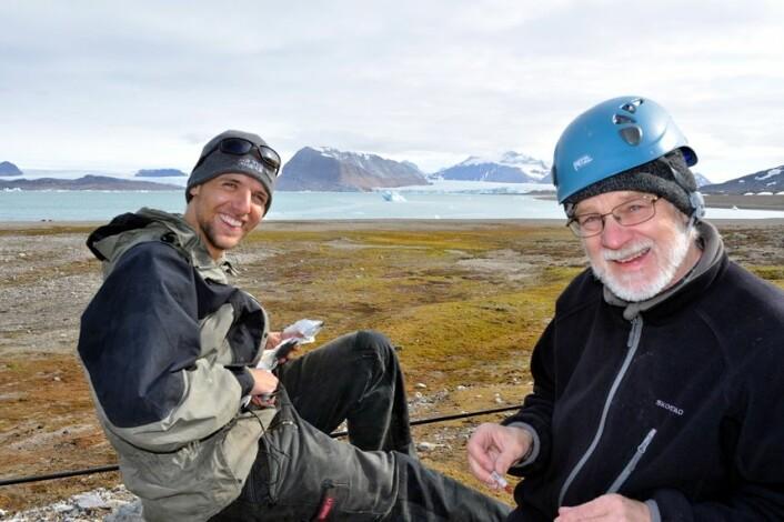 Doktorgradsstipendiat Jannik Schultner sammen med professor Claus Bech fra NTNU på feltarbeid i Kongsfjorden ved Ny-Ålesund på Svalbard. (Foto: Geir Wing Gabrielsen, Norsk Polarinstitutt)