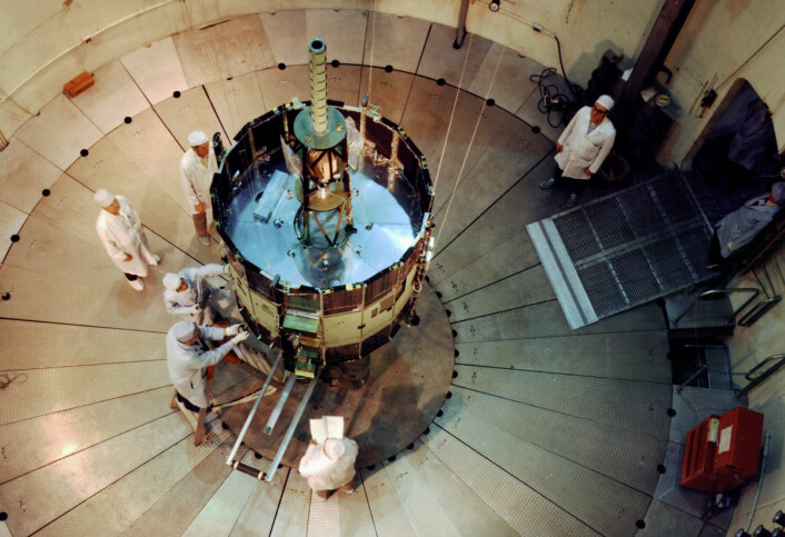 Romsonden International Sun-Earth Explorer (ISEE-3) gjennomgår tester før oppskytning fra Cape Canaveral 12. august 1978. Litt under fire år seinere skulle sonden helt uventet få et nytt og eventyrlig oppdrag - den første ferden inn i halen til en komet. (Foto: NASA)