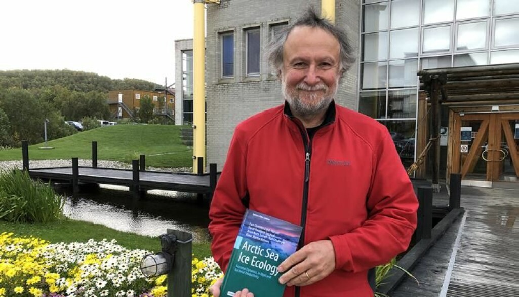 Rolf Gradinger med den ferske boka Arctic Sea Ice Ecology.